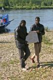 Sory et Souleymane apportent un bloc de sel du Niger