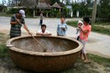 Calfatage de bateau-panier, près de Hoi An - Vietnam