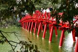 Petit pont menant au Temple du Saint à Hanoi