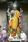 Statue et autel à l'intérieur d'Angkor Vat