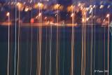 Sur cette photo, il est possible de faire la distinction  entre les lumières en courant alternatif où les traits sont discontinus et les lumières des voitures en courant continu où les traits sont continus.