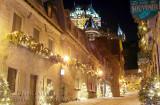 Rues enneigées de Place Royale avec ses décorations de Noël et le Château Frontenac nous glisse dans sa féerie des Fêtes