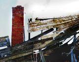 le toit fini et la cheminée bien droite