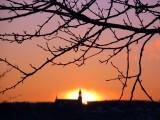 le soleil derrière le clocher