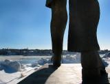 La marche de la statue vers le fleuve