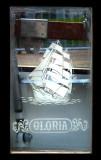 Le Gloria sur vitre
