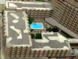 La piscine bleue de l'hotel