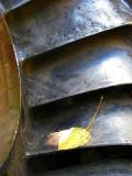 les pales de turbine et la feuille morte
