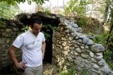 Labinot dans les ruines de sa maison