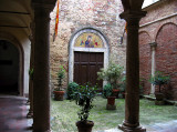 Courtyard at the entrance of Hotel Il Riccio