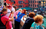 Watch out my dear: you MUST try to make me beautiful!! (Big pile-up and HOT sun on the Ponte di Rialto)