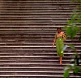 Mujer bajando escaleras