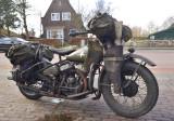 1942 Harley Davidson, trekt slakkensporen over de weg (olie)