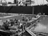1903 - Loading a steamer