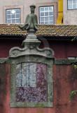 Estátuas e elementos decorativos, no muro do edifício do Passeio das Virtudes nº 14  (Imóvel de Interesse Público)