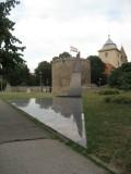 Devant la barbacane (la tour ronde), le monument aux morts