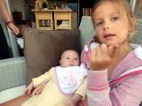 Soanne apprend à parler à Maïka (1 mois), très attentive.
