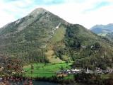 Village de Castet (440 m) au pied du Rey (1349 m)