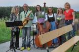 Mailüfterl 2014: Organisatoren und Musiker bei der Ofenbacher Kirche
