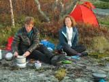 Lena och Anna fixar middag  Foto Anita