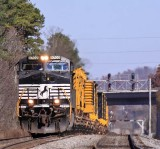 A lone D9 drags a short (and heavy) 055 South at Pemberton