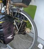 roue bricolée avec des pièces trouvées en chemin...