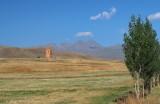Kapelle mit Aragats im Hintergrund.jpg