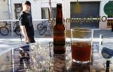 Un chino con flequillo y una birra sin espuma