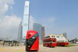 三架巴士面向環球貿易廣場