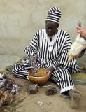 Des fétiches et le sacrifice d´une  poulet aident guérisseur Ba Zane (peuple Mossi) à Sena, Burkina Faso, à prophétiser.