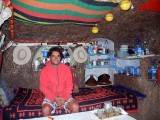 Pêcheur dans son habitation troglodytique a Sidi R'bat, Maroc.