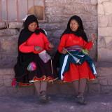 Femmes filant la laine d'alpaca
