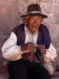 Homme tricotant