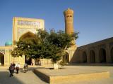 Intérieur de la cour (en arrière plan le minaret Kalân)