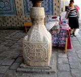 Base de colonne en marbre sculpté dans la cour du harem
