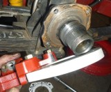 Lower lug alignment with notch in flange