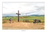 Cruz de madera al borde del camino