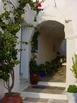 Green and white arch in Pyrgos
