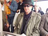 reserveoberst hubsi kramar kontrolliert sitzplätze im bus