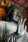 Right hand raised in the promise of peace (semui-no-in)