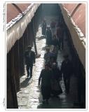 大昭寺里转经的人们