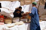 Voyage au Maroc - Souk rural à Ad Drah, un marchand d'épices
