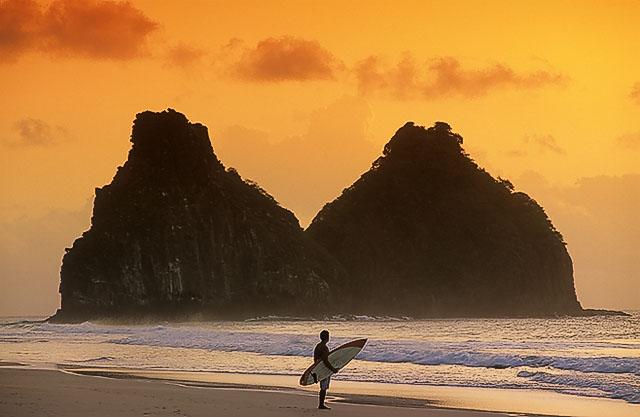 Pôr-do-sol na Cacimba do Padre, com morro dos dois irmãos ao fundo, Fernando de Noronha, PE