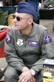 Cet homme habillé en militaire vendait des insignes