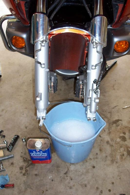 This gave me a good opotunity to clean the forks lowers and fender inside real good.