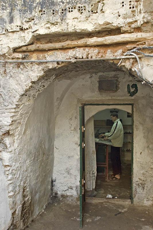 Cordonier dans sa cave