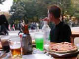 Pause pizza dans le parc, en observant la foule des passants