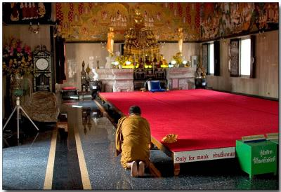 Monk praying - Wat Hua Lampng