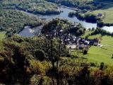 Le village de Castet et son lac