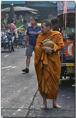 Monk waitng for breakfast - Bangrak, Bangkok
